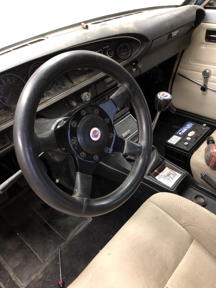 Datsun_wheel_and_shift_knob.jpg